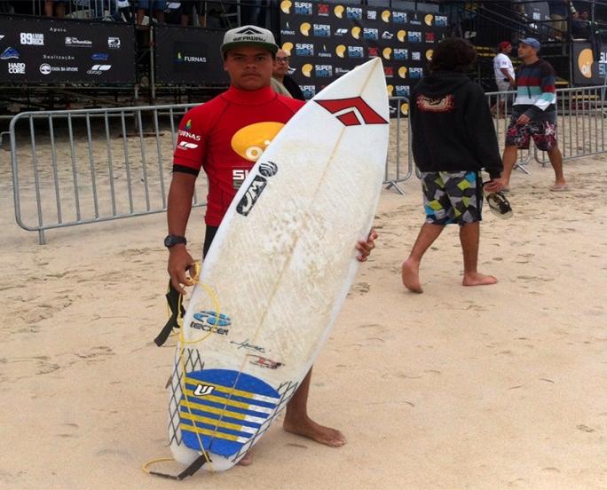 Dodô vence bateria para avançar ao terceiro round no super surf em Maresias