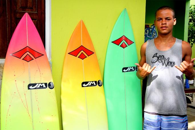 Douglas Silva de quiver pronto para as ilhas Mentawai