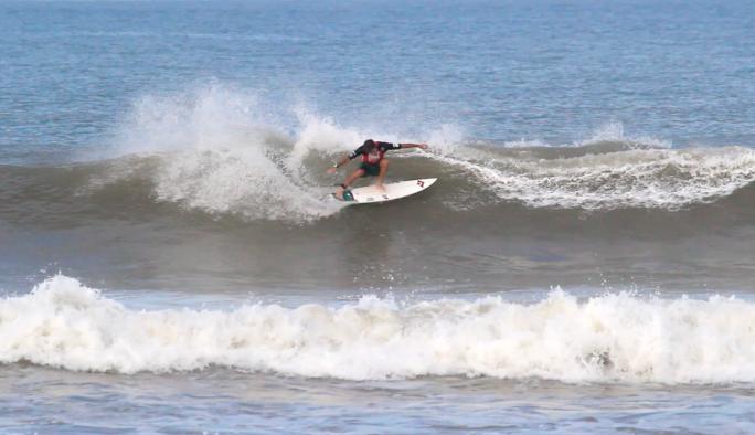Primeiro dia do Surf Open Acapulco começa com ondas regulares