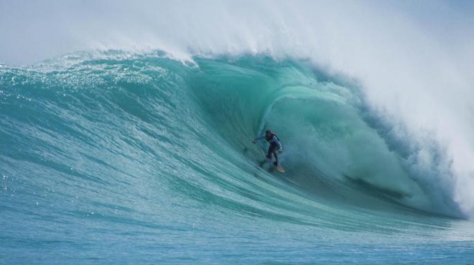 Eduardo Fernandes é notícia na mídia especializada com tubo que está concorrendo no WSL Big Wave Awards