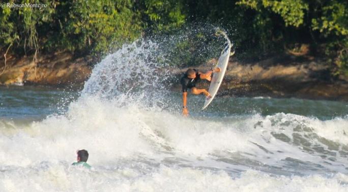 Douglas Silva treina forte para o Super Surf