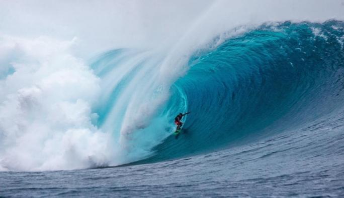 Danilo Couto surfa bomba no swell histórico em Cloudbreak