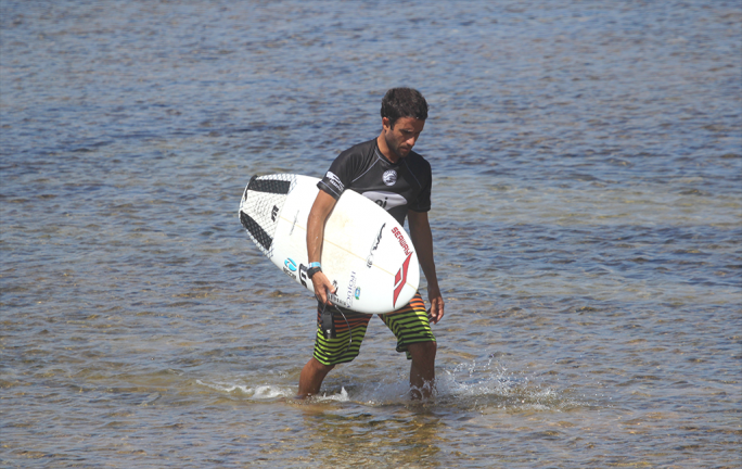 Alan Donato vence bateria de estreia e junta-se a Wallace e Luel na terceira fase do Praia do Forte Pro