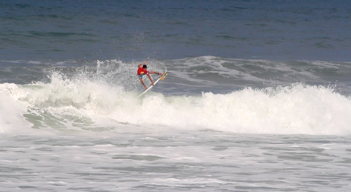 Wallace Junior avança no primeiro dia do Super Surf