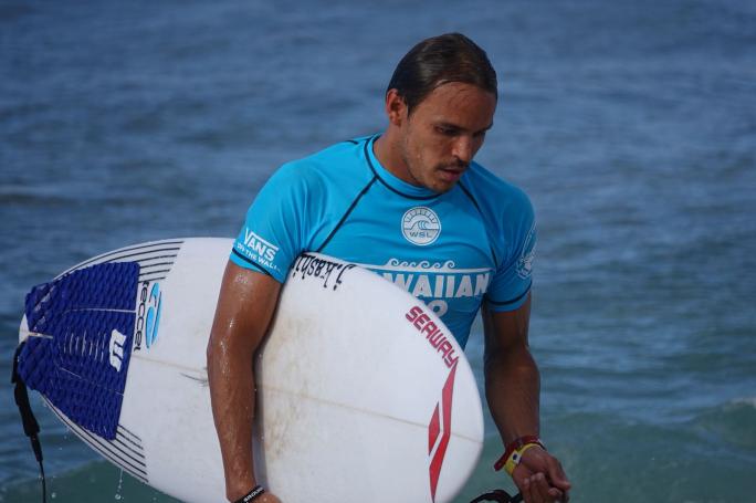 Luel Felipe na espera do Round 3 do QS 10.000 em Haleiwa