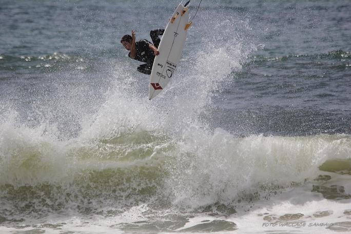 Wallace aproveita Swell de Sul