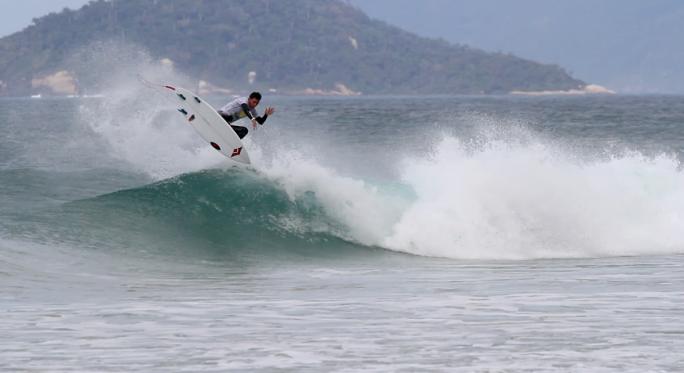 Gabriel Farias ditou o ritmo no segundo dia do super surf