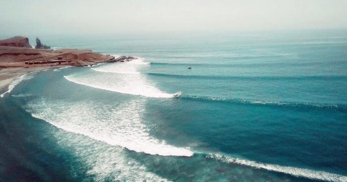Gabriel Pastori surfa secret no deserto do Peru